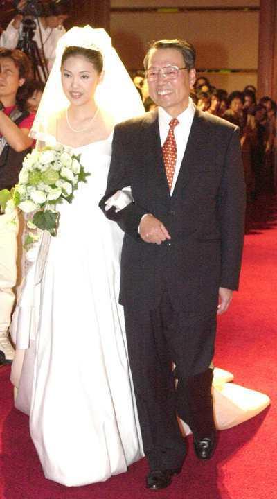 圖為施振榮挽著女兒施宣榕進入結婚會場情形。經濟日報資料照片/記者蔡育豪攝影
