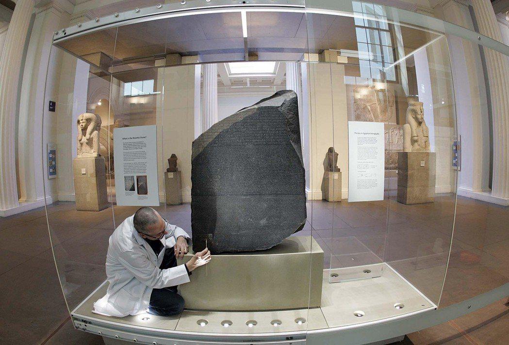 英國提議回借大英博物館的羅塞塔石碑,或許也有較勁的意味。這塊石碑是英國在拿破崙戰...