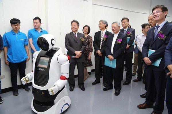 圖3 : 陳銘煌局長與科技部許有進次長參觀智慧機器人自造基地。(source:中...