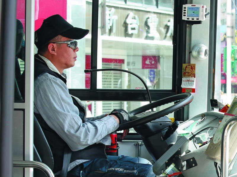 為了增加收入,市區公車司機往往過勞排班。 攝影/郭晉瑋