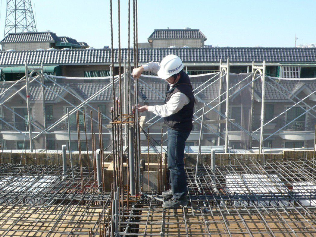 結構設計單位現場鋼筋檢查-柱筋續接位置。