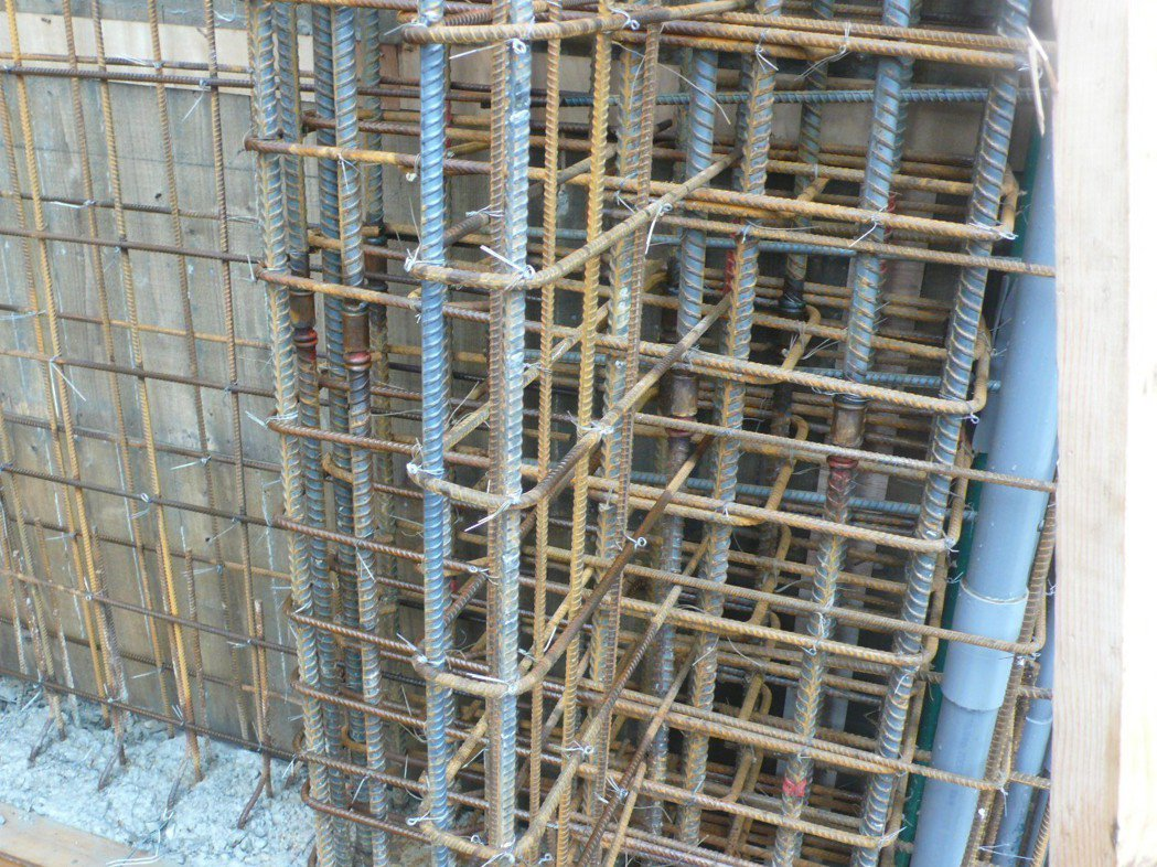 牆端部鋼筋綁紮施工品質記錄。報系資料照片
