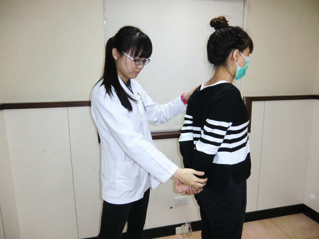 第一招【頸部側彎牽張運動】:縮下巴,右手放在左邊頭部把頭輕輕往右扳,讓右耳往右肩...