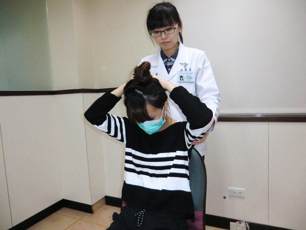 第二招【頸部前屈牽張運動】:雙手抱頭縮下巴做頸部前彎的動作,使下巴靠近胸口,維持...