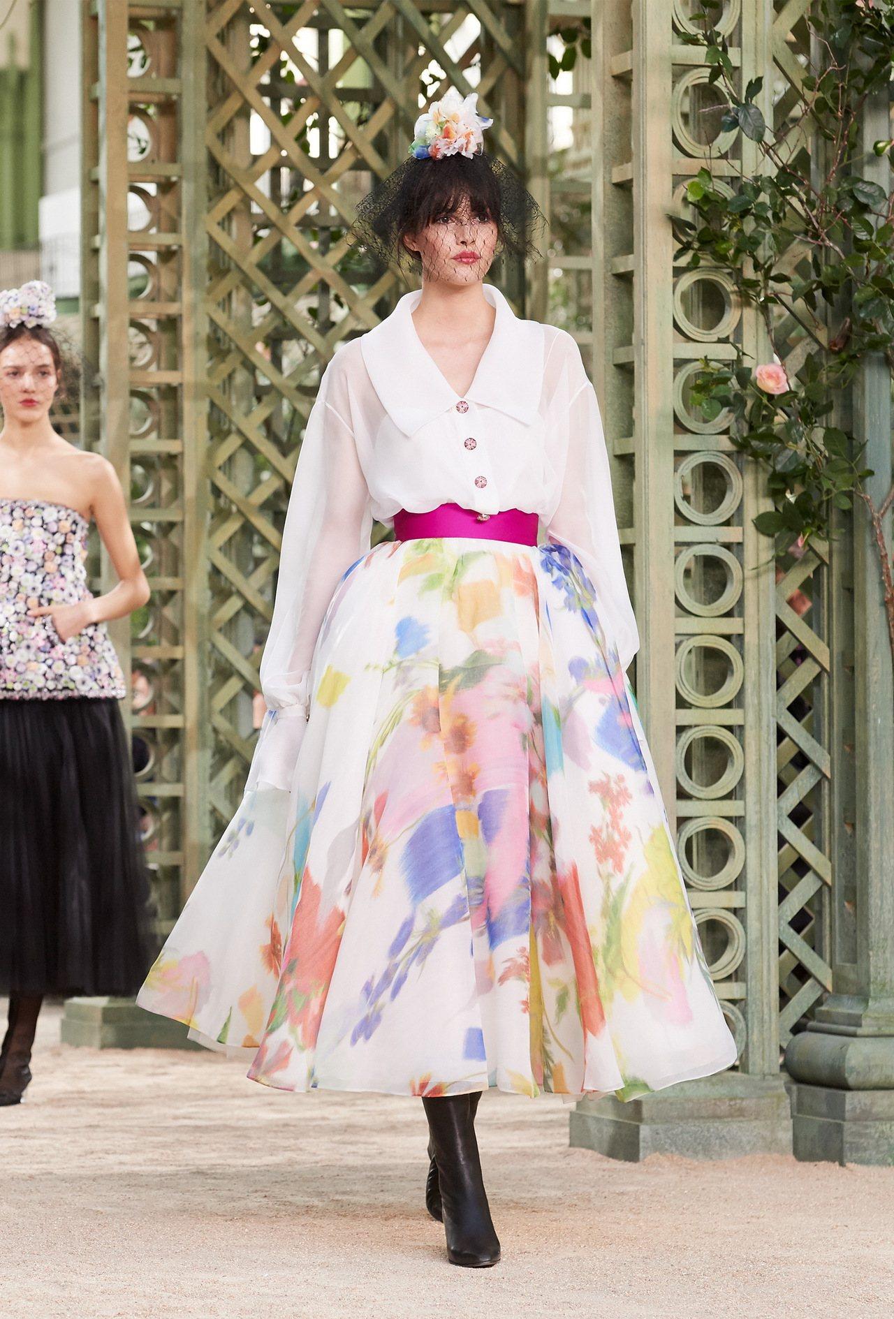 印花蓬裙展現明媚春日氛圍。圖/香奈兒提供