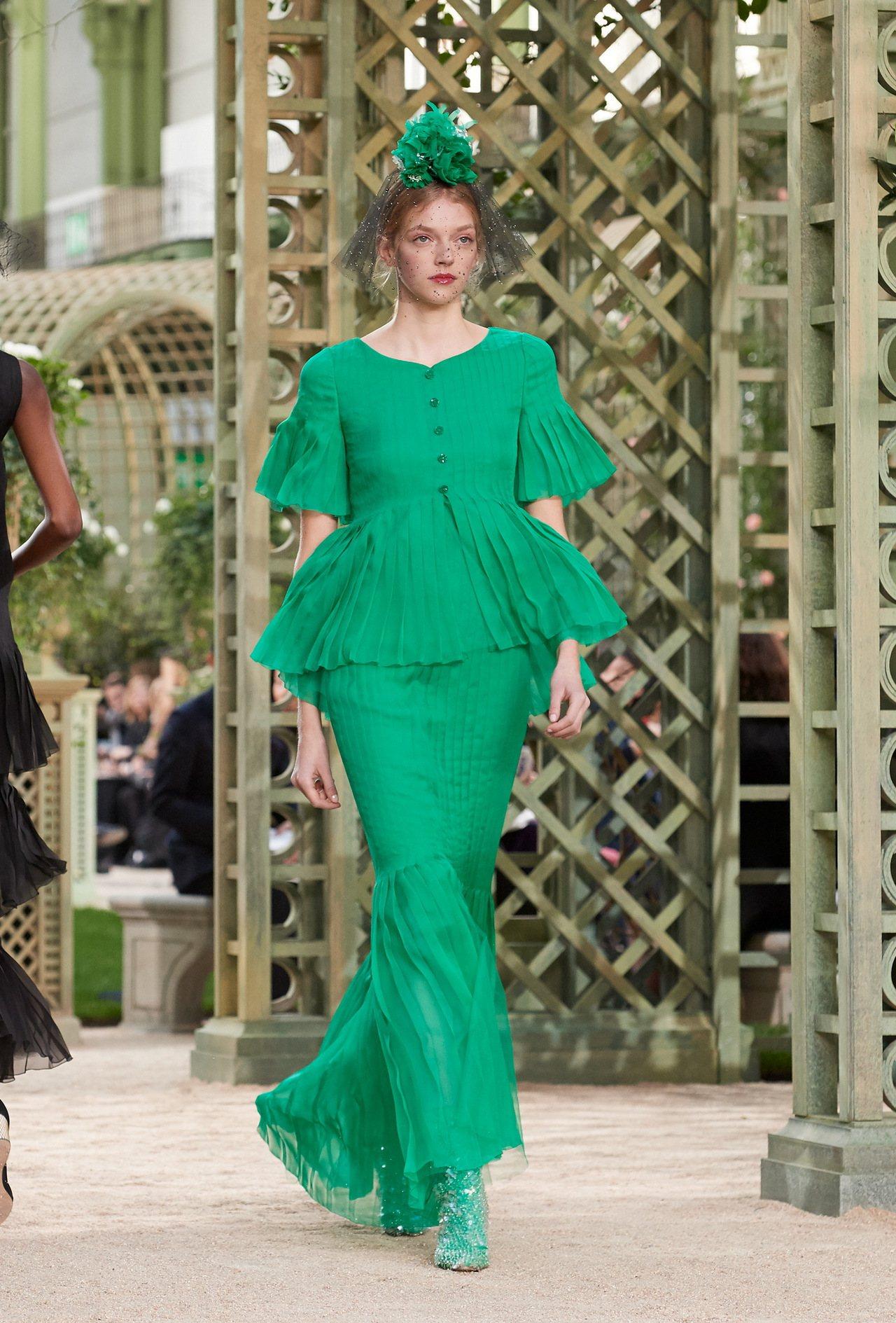 飽和亮色系的套裝,以百褶袖、燈籠束口袖帶出復古優雅姿態。圖/香奈兒提供