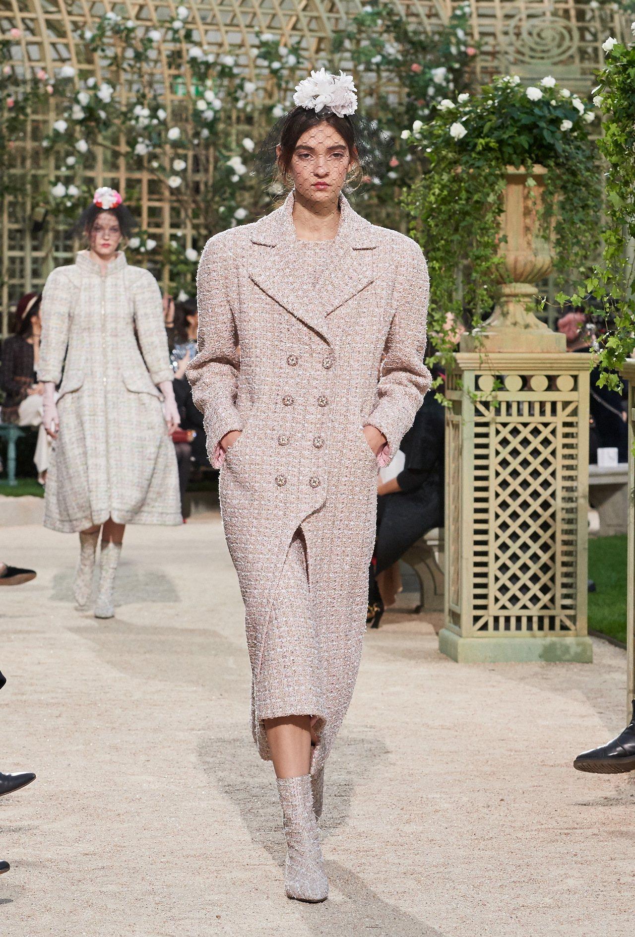 多件下擺呈現倒V設計的大衣、外套,配上緊身褲或窄裙,也別有一番層次與剪裁之美。圖...