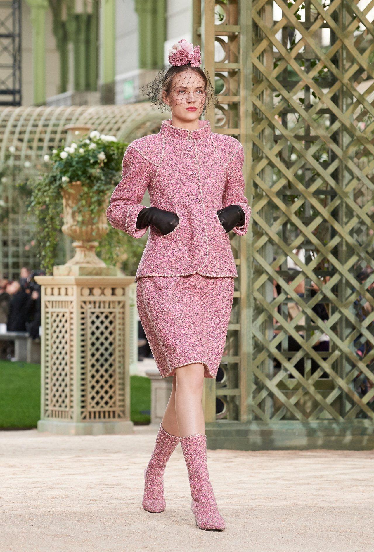 口袋設計也增添俏皮便利性,讓香奈兒女郎行走間更瀟灑率性,被卡爾拉格斐稱為「新姿態...
