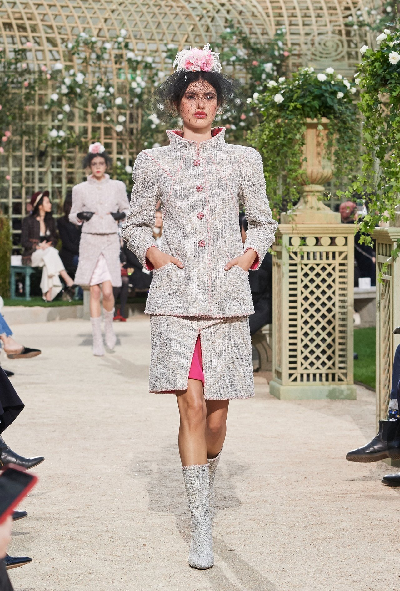 短裙以開衩細節秀出鮮明色彩的綢緞襯裡,帶出撞色對比效果。圖/香奈兒提供