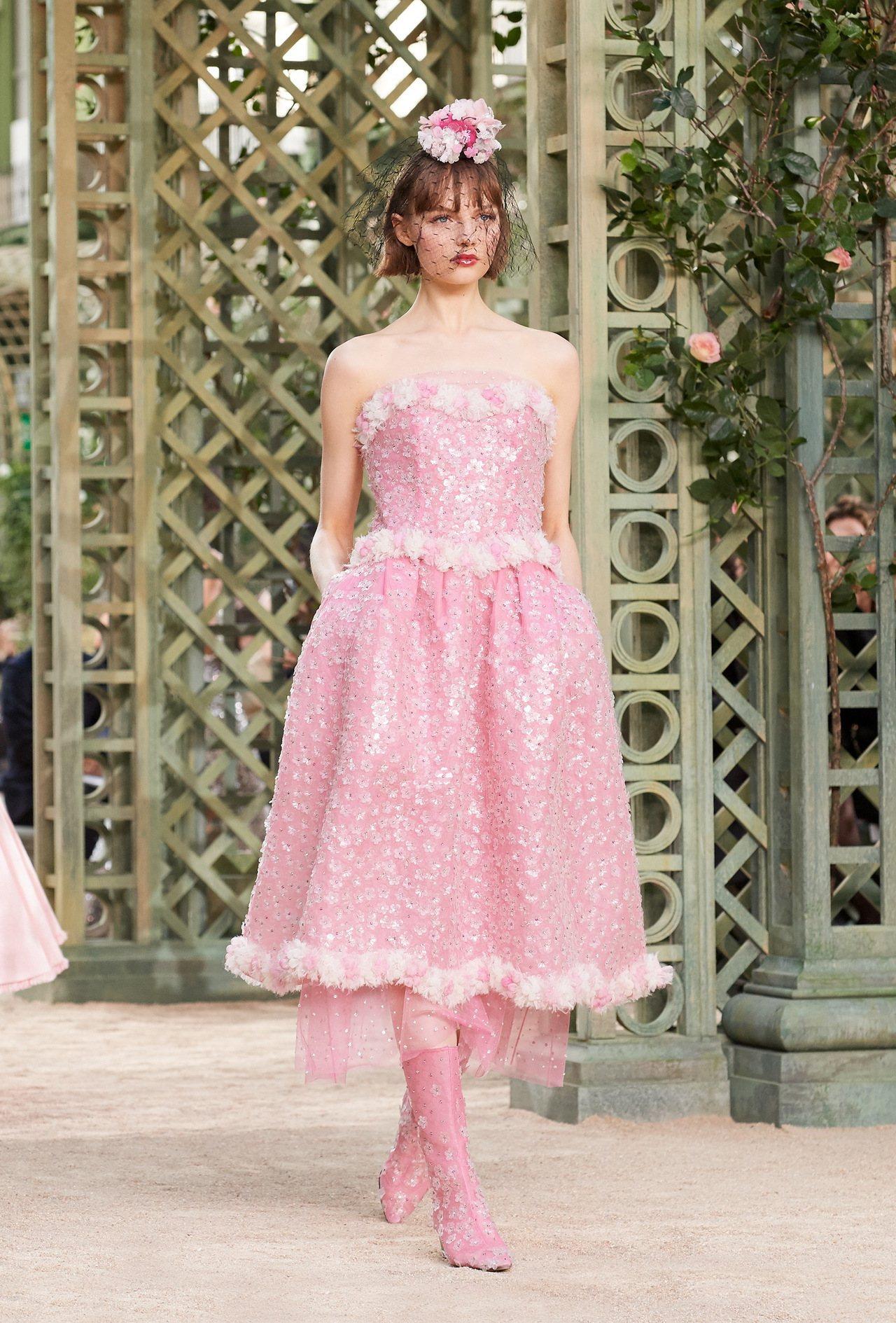 平口洋裝混搭立體的花朵、荷葉邊等細節設計,再度強調明媚春日氛圍。圖/香奈兒提供