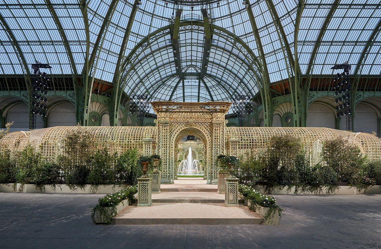 巴黎大皇宮變成綠意盎然的發表會場,與會來賓們在噴泉與花徑廊道中欣賞每一件細膩精緻...