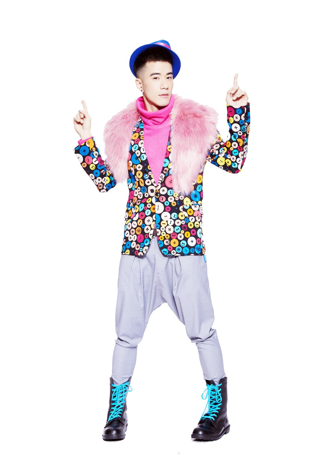 JR舞台劇裝扮五顏六色,自嘲是鸚鵡裝。圖/寬宏提供