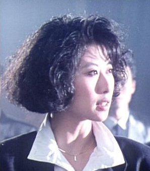 葉蒨文在「鐵甲無敵」還分飾兇惡的女匪徒。圖/摘自HKMDB
