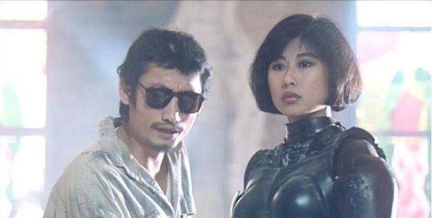 葉蒨文在「鐵甲無敵」演女機器人,和扮幫派嘍囉的徐克有對手戲。圖/摘自HKMDB