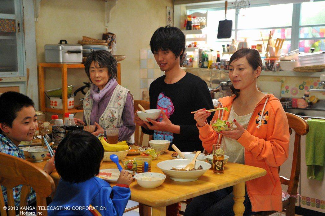 廣末涼子(右)主演「來自星星的他」。 圖/緯來日本台提供