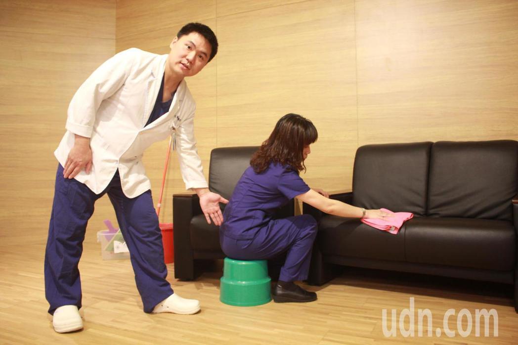 亞東醫院復健科物理治療師林文豪(左)、陳怡伶(右),示範「以坐代蹲」的正確大掃除...