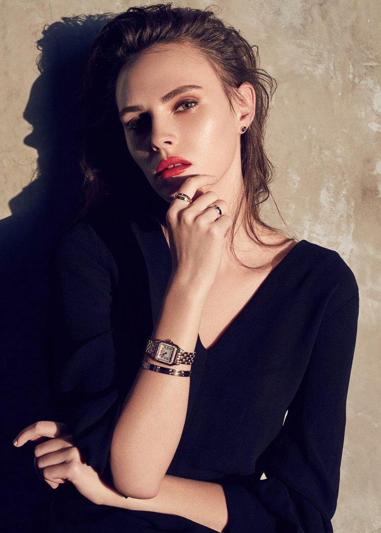模特兒配戴卡地亞 LOVE 系列玫瑰金鑽石手環與窄版/Panthere de C...