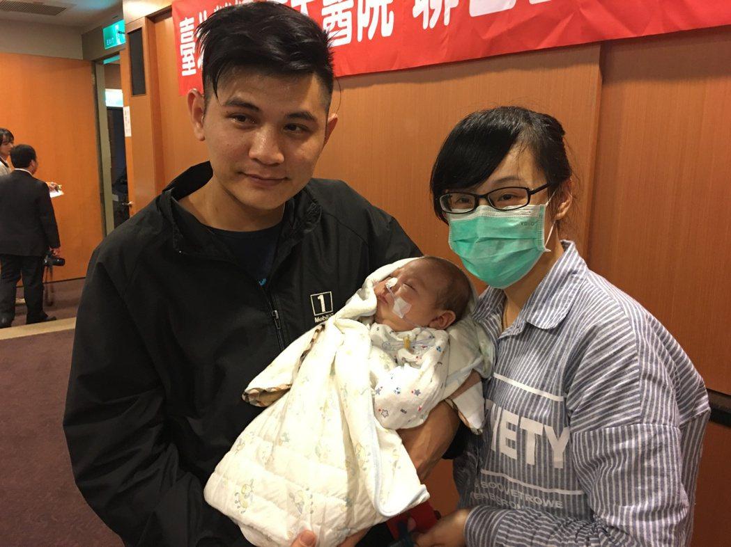 穆小弟換肝重生,在爸爸、媽媽的懷抱下睡得香甜。 記者鄧桂芬/攝影