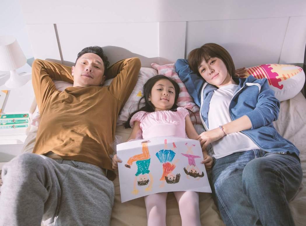 謝祖武(左)與李維維合作「用心飛翔」公益微電影。圖/創異公關提供