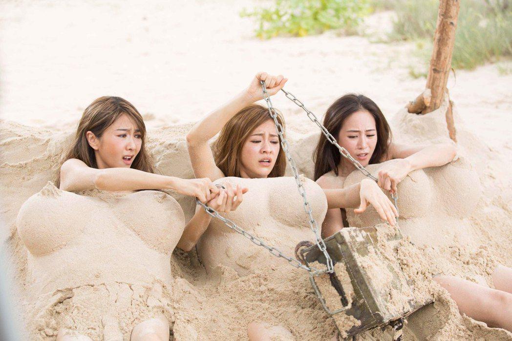 左起薛凱琪、陳意涵、張鈞甯真空上陣演出「閨蜜2」沙灘「全裸」。圖/華映提供