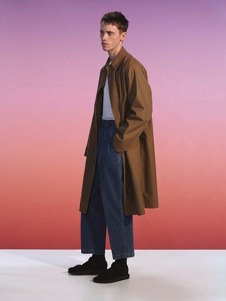 U BLOCKTECH大衣4,990元、U寬版打摺長褲1,490元。圖/UNIQ...