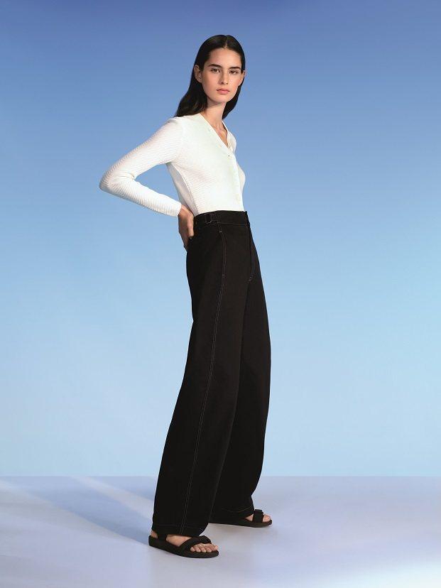 U棉質喀什米爾羅紋開襟外套1,490元、U寬褲1,490元。圖/UNIQLO提供