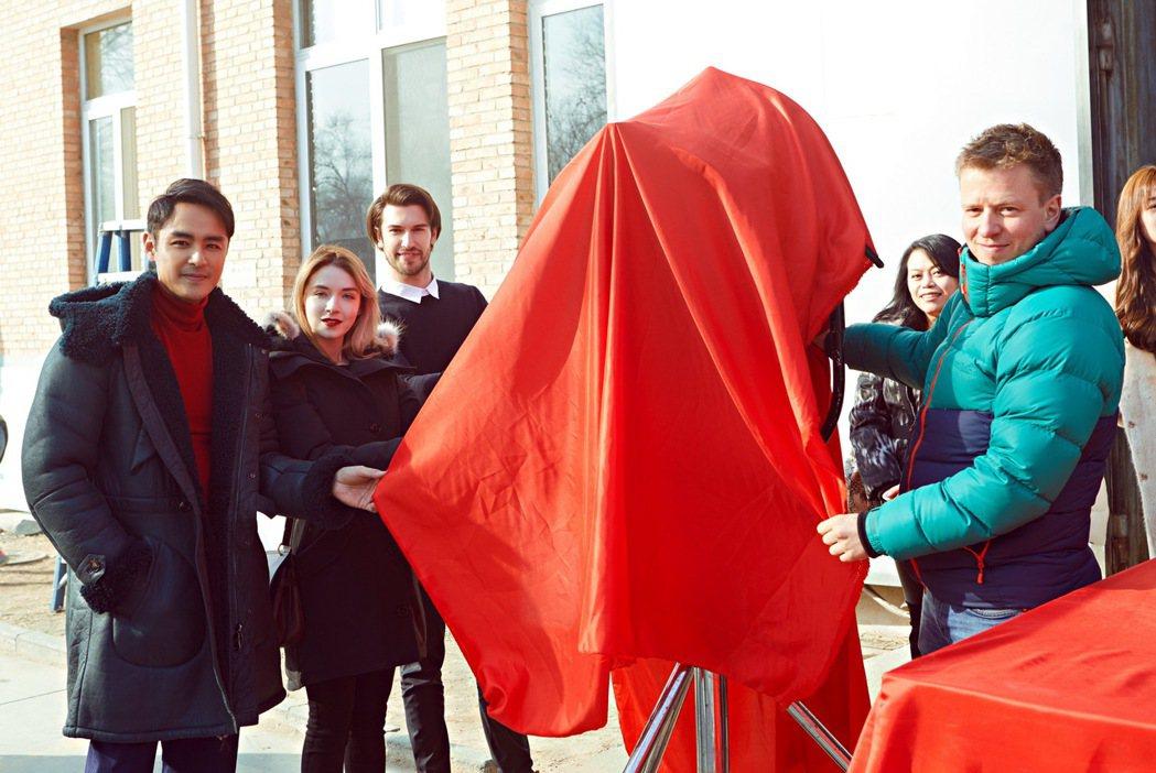 明道(左起)、莎拉柏格、馬賽羅歐根、燈光師大衛奈伊進行開鏡儀式。圖/明道工作室提