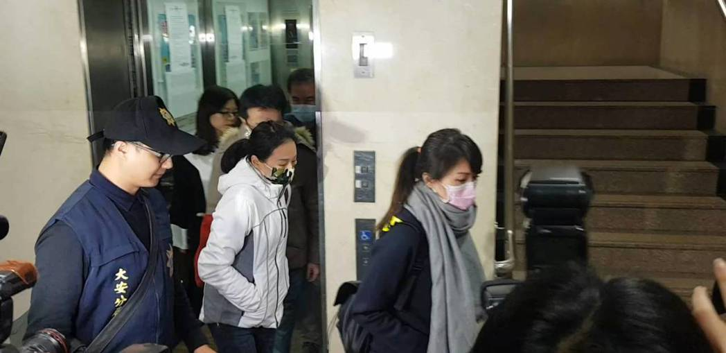 李進良診所醫護人員因港女醫美手術死亡案,晚間到台北地檢署應訊後分別被命交保。記者...