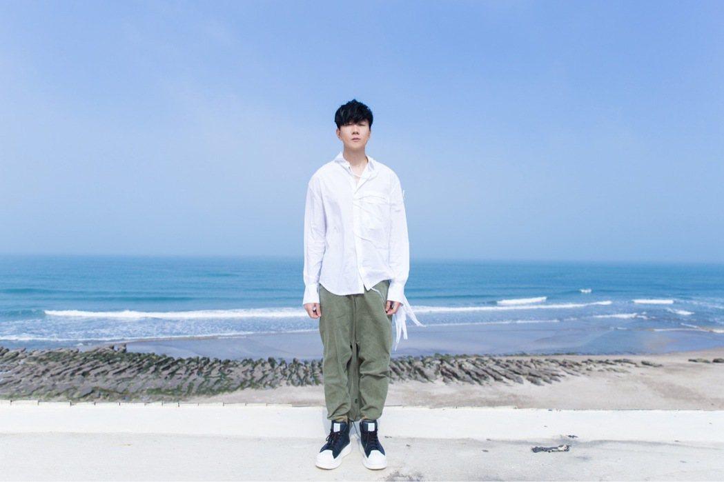 林俊傑「小瓶子」MV在海邊取景。圖/華納提供