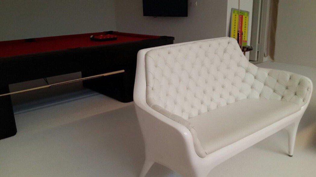 王仁甫買的這套全白沙發在大英博物館也有同一套。圖/東森超視提供