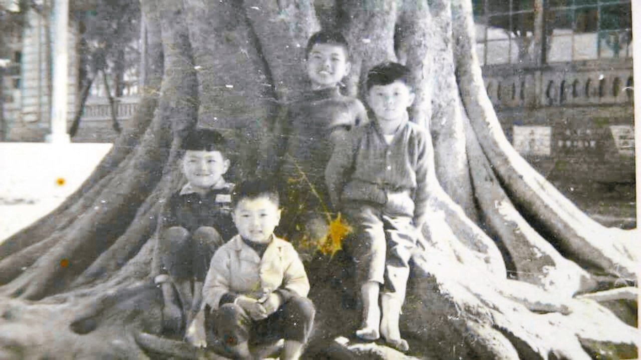 渡也(右二)與他的童年玩伴許家三兄弟合影。 圖片提供/渡也