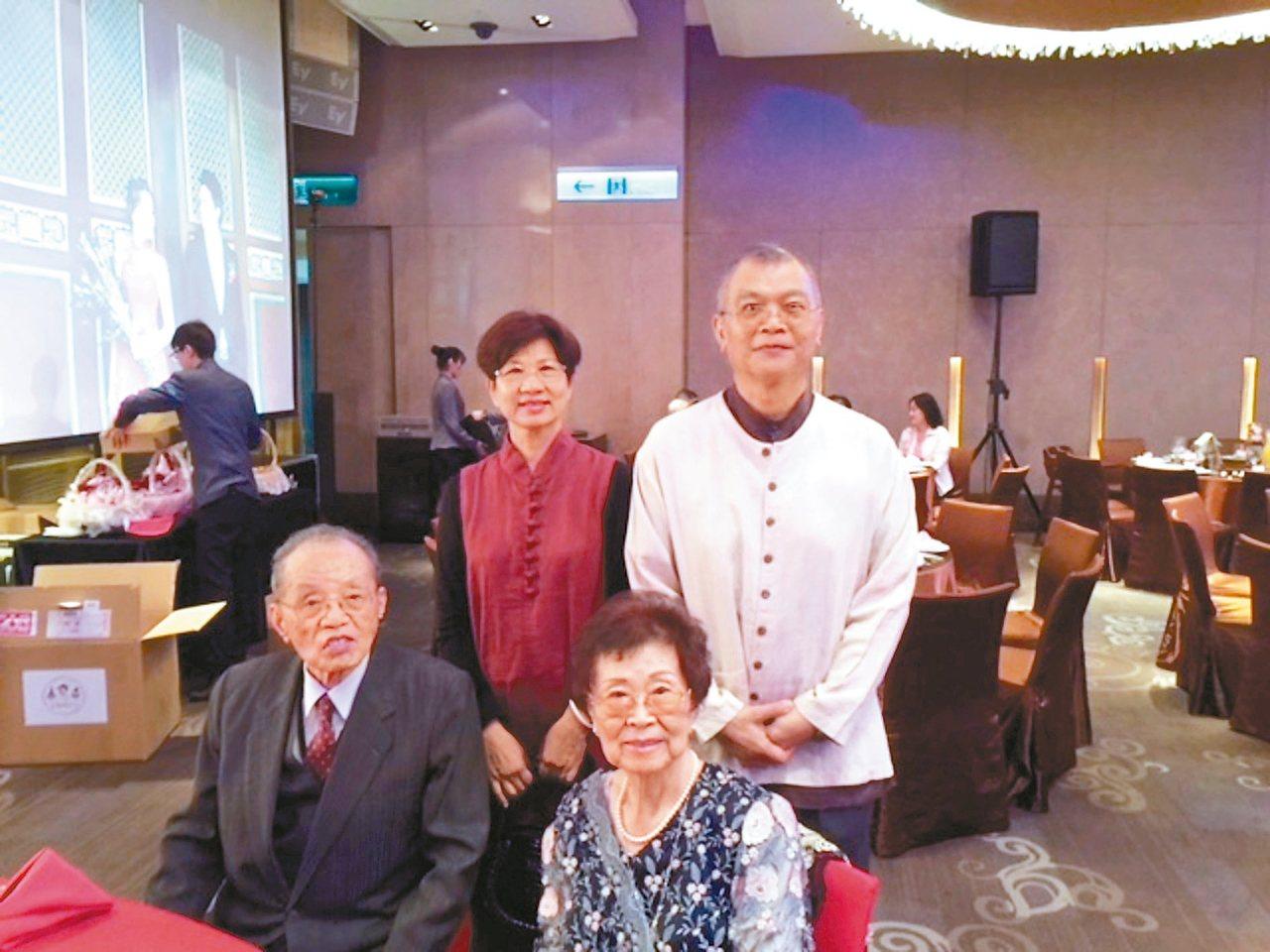 渡也(後右)伉儷與他國小一、二年級的導師:江麗玉老師(前右)、師丈合影。 圖片提...