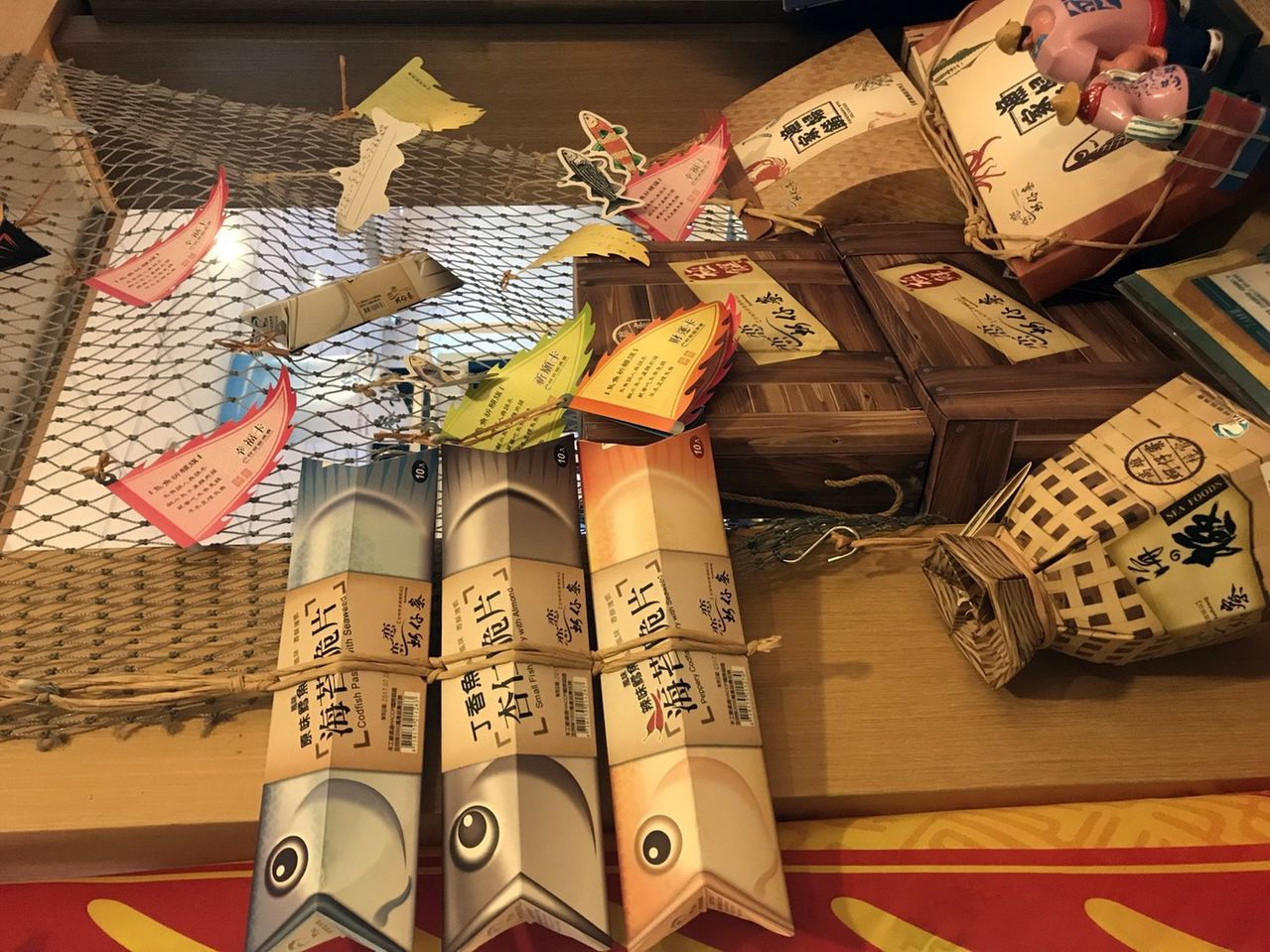 梓官區渔會以在地出產的新鮮漁獲開發而成的「風味脆片禮盒」。 記者王昭月/攝影