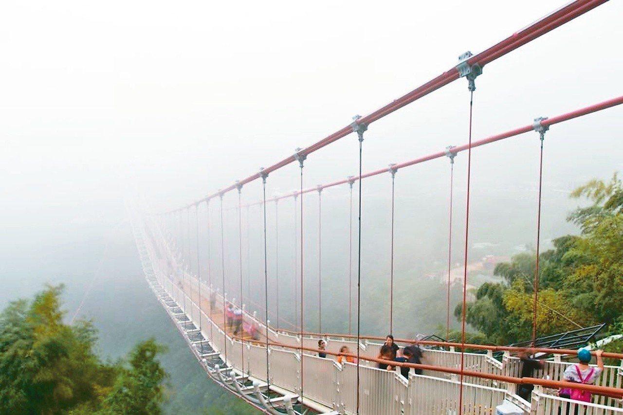 太平雲梯為全台最長、海拔最高之景觀吊橋,可遠眺嘉南平原。 圖片提供/渡也