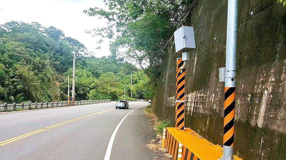新竹縣寶山鄉寶山路去年新設的測速桿也因「開拍」短短一個半月,就開出近4千張罰單而...