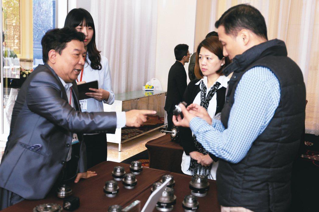 總經理王恩德(左)親自向客戶解說,鼎億能量身訂做,專屬於客戶自己的減速機。 黃奇...