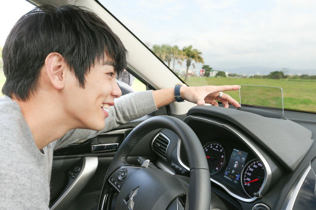禾浩辰對於車內的HUD全彩液晶抬頭顯示器感到相當便利。 記者陳立凱/攝影