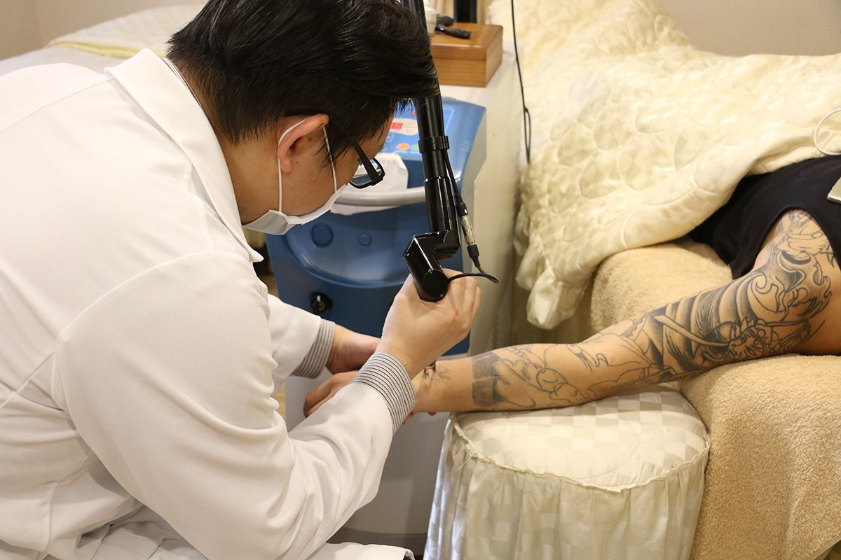醫師使用皮秒雷射機器為青少年去除刺青。 淨研醫美/提供