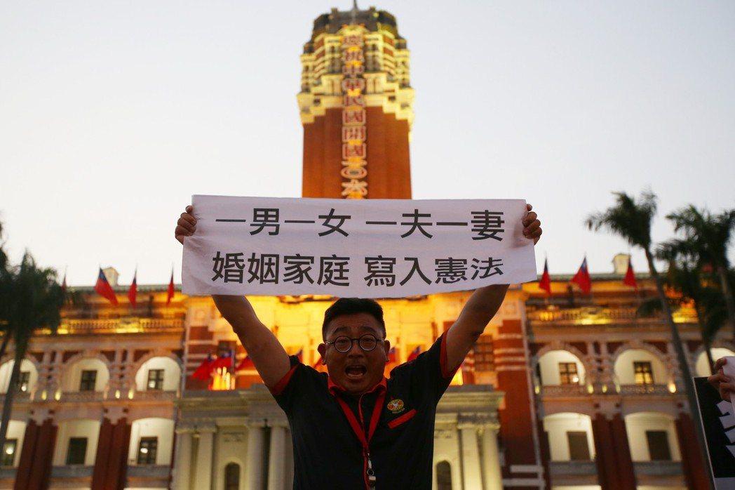 2016年12月25日,反同團體到總統府抗議婚姻平權修法初審通過,並高舉旗幟吶喊...