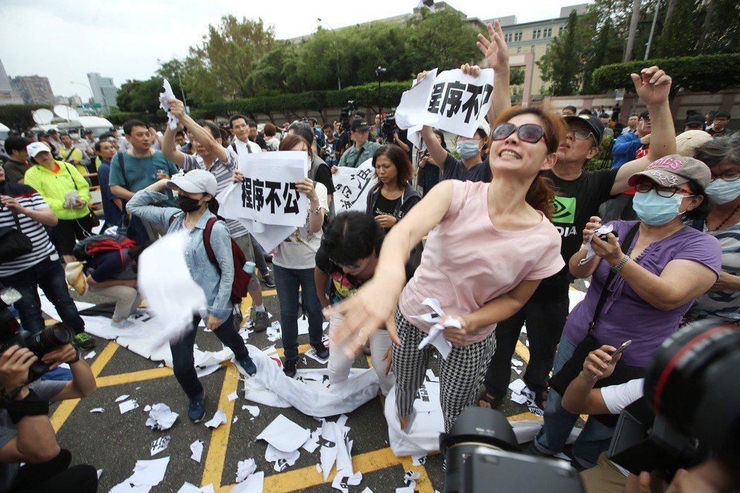 2017年5月,大法官同婚釋憲這天,幸福盟表達不能接受結果,現場激動抗議,怒撕標...