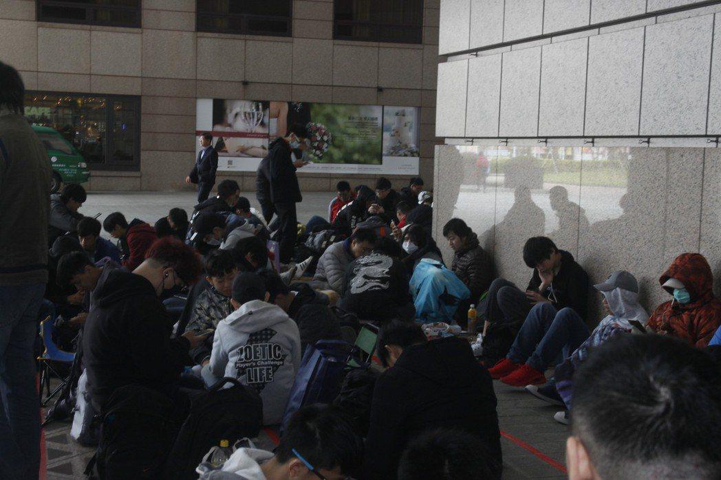 從昨(24日)開始陸續有神魔玩家前往台北世貿排隊。