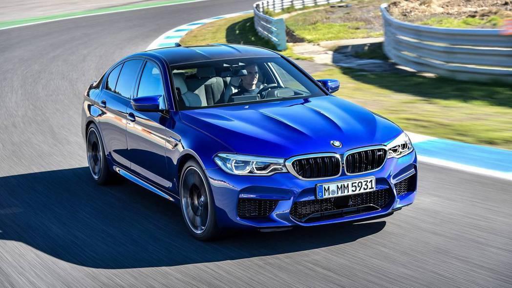 第六代BMW F90 M5搭載最大馬力達600hp的4.4升雙渦輪雙渦流增壓汽油...