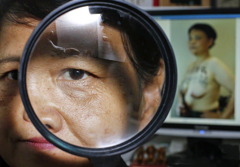 圖為艾曉明,背景是她為聲援維權人士葉海燕,裸胸寫上:「開房來找我,放過葉海燕」。...