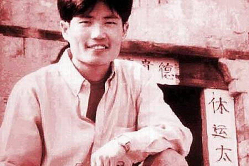 27歲的青年孫志剛由於執法人員的違法行為死於非命,最終促成了一部中國國家法規的廢...