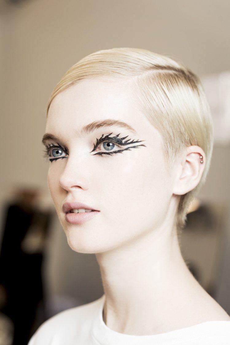 迪奧全球彩妝創意形象總監Peter Philips,為高級訂製大秀打造出讓人過目...