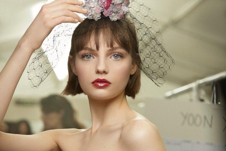 香奈兒本季高級訂製系列呈現百花齊放的春日風光。而模特兒妝容主要使用才剛上市的「那...