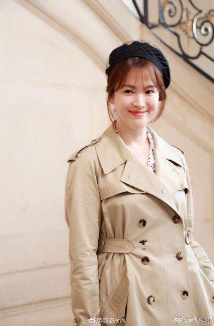 宋慧喬婚後復工獻Dior時尚秀,一身米色風衣搭配貝雷帽,優雅俏皮。圖/摘自微博
