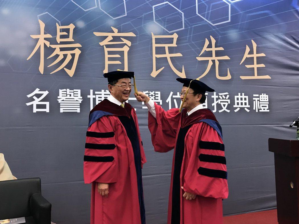 楊育民獲頒交大名譽博士 「人生70歲才到巔峰」