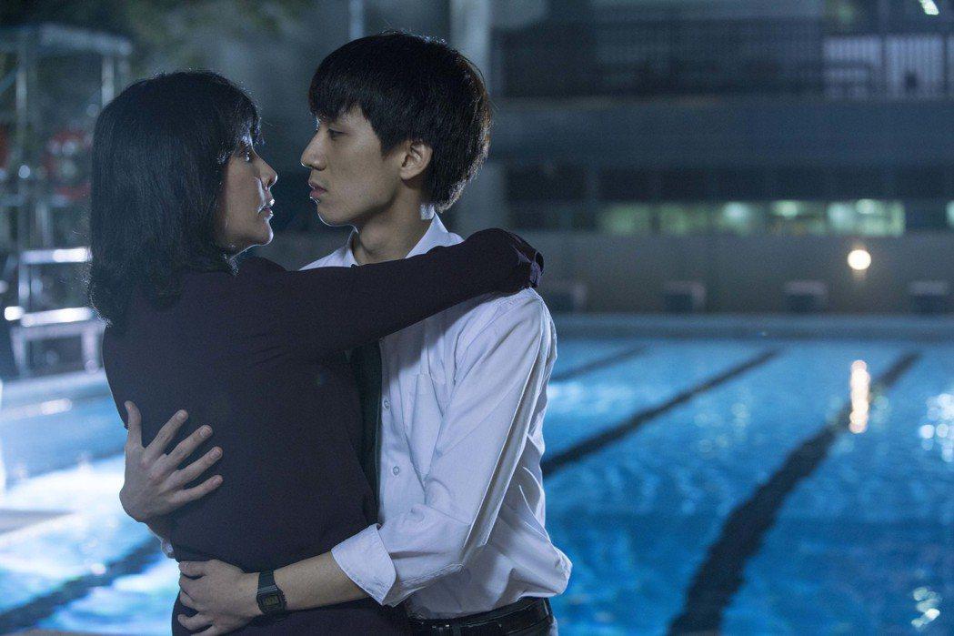 劉嘉玲與小鮮肉吳肇軒在「以青春的名義」中大膽演出師生戀床戲。圖/華映提供