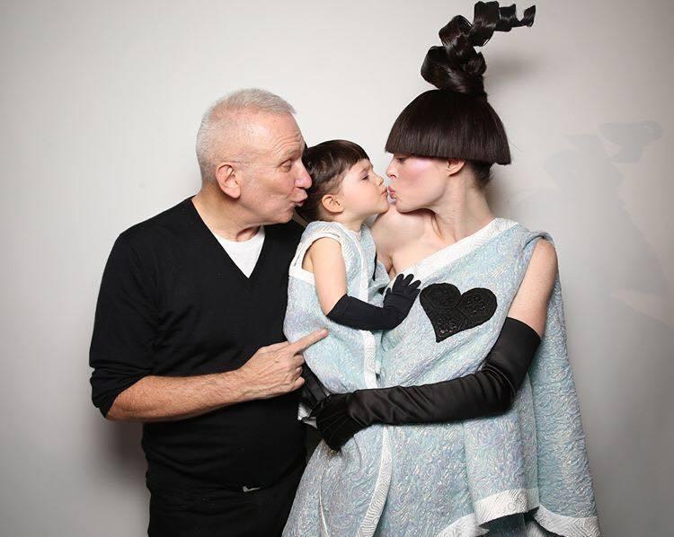 超模Coco Rocha挺孕肚與2歲女兒同台為高提耶走秀,並與設計師合影。圖/擷...